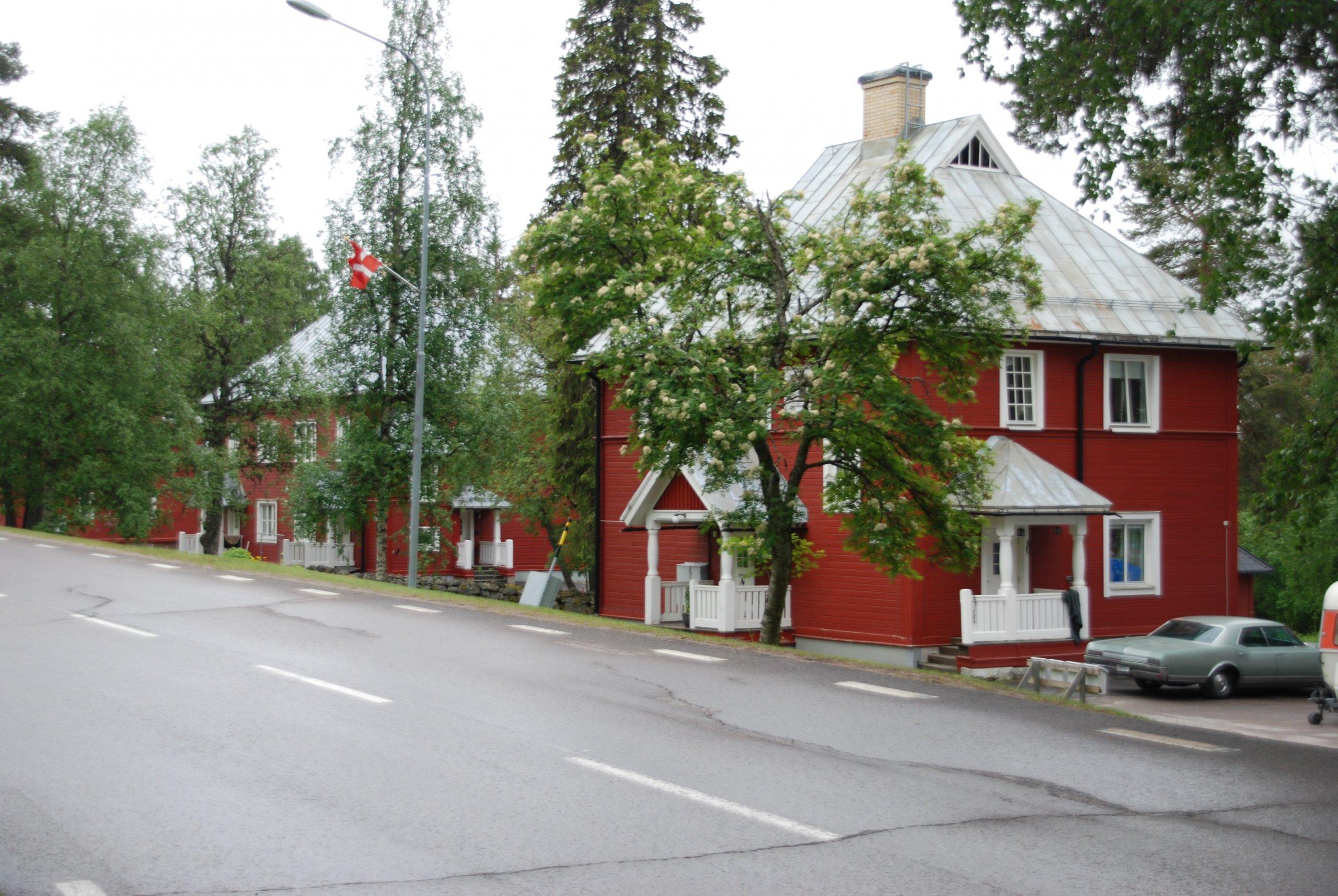 Röda hus med plåttak